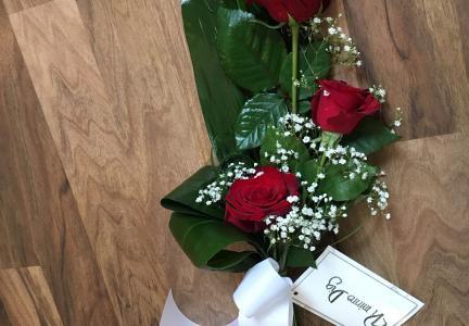 Liten bukett 3 rosor och brudslöja