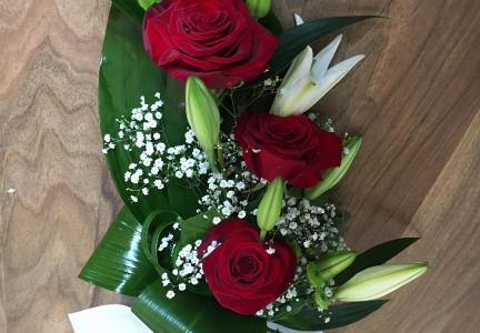 Liten bukett rosor och lilja