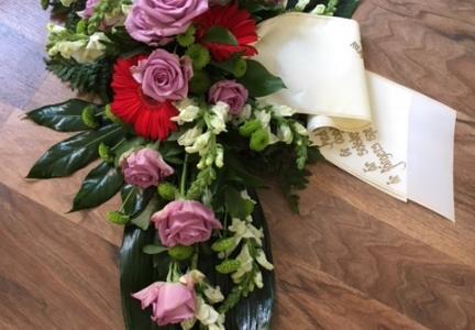 Sorgbukett med lila ros